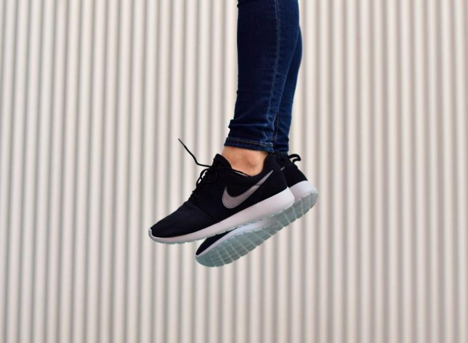 Para construir trono genéticamente  Nike Roshe One Suede Piel Negra Logo Gris y Forro Polar - AmorShoes