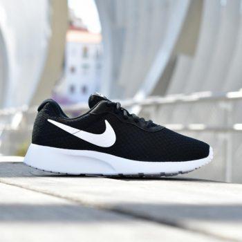 812655-011_amorshoes-wmns-nike-sportswear-tanjun-se-chica-negra-black-logo-blanco-812655-011