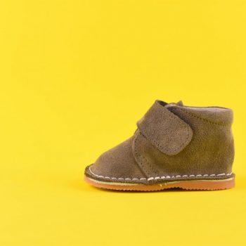 amorshoes-bota-safari-bebe-pisacacas-velcro-piel-vuelta-gris-taupe-topo