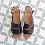 235P_AmorShoes-Polka-Carlota-sandalia-dos-tiras-piel-negra-cuero-negro-suela-esparto-yute-cierre-hebilla-235p