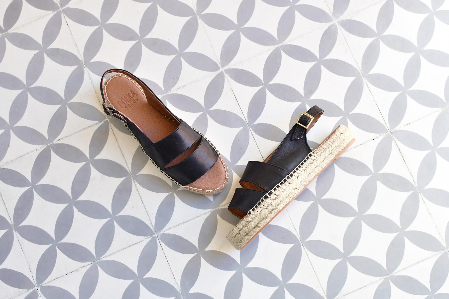 Sandalia Plataforma Pölka Shoes Carlota Negra 235P_AmorShoes-Polka-Carlota-sandalia-dos-tiras-piel-negra-cuero-negro-suela-esparto-yute-cierre-hebilla-235p