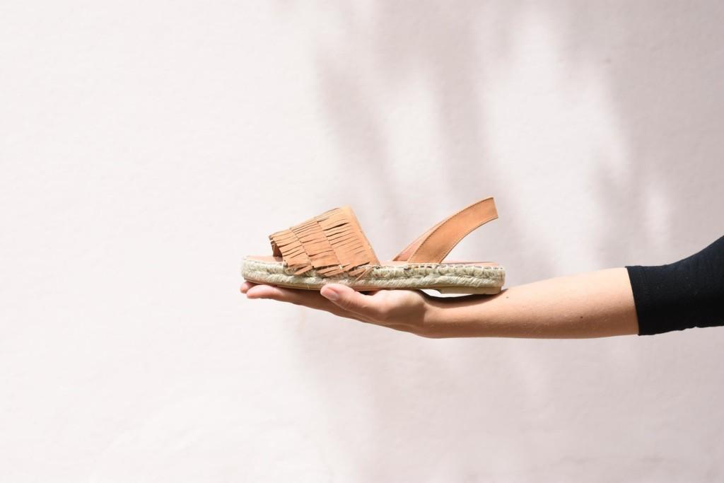 402p_AmorShoes-Polka-Cris-sandalia-abarca-esparto-yute-flecos-color-cuero-402p