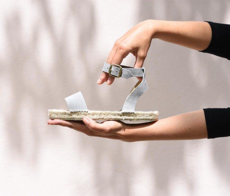 407p_AmorShoes-Polka-Susan-sandalia-tobillera-cierre-hebilla-esparto-yute-piel-vuelta-ante-color-gris-407p