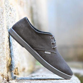 AmorShoes-Barqet-dogma-low-Stone-Suede-zapatilla-piel-vuelta-color-gris-piedra-suela-caucho