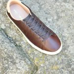B3052_AmorShoes-Fred-Perry-Spencer-premium-leather-325-dark-chocolate-zapatilla-chico-piel-marron-chocolate-logo-grabado-B3052