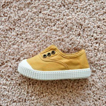 06627_AmorShoes-Victoria-inglesa-color-oro-amarillo-mostaza-niños-lona-sin-cordones-elastico-puntera-goma-06627