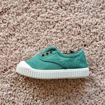 06627_AmorShoes-Victoria-inglesa-color-verde-pino-niños-lona-sin-cordones-elastico-puntera-goma-06627