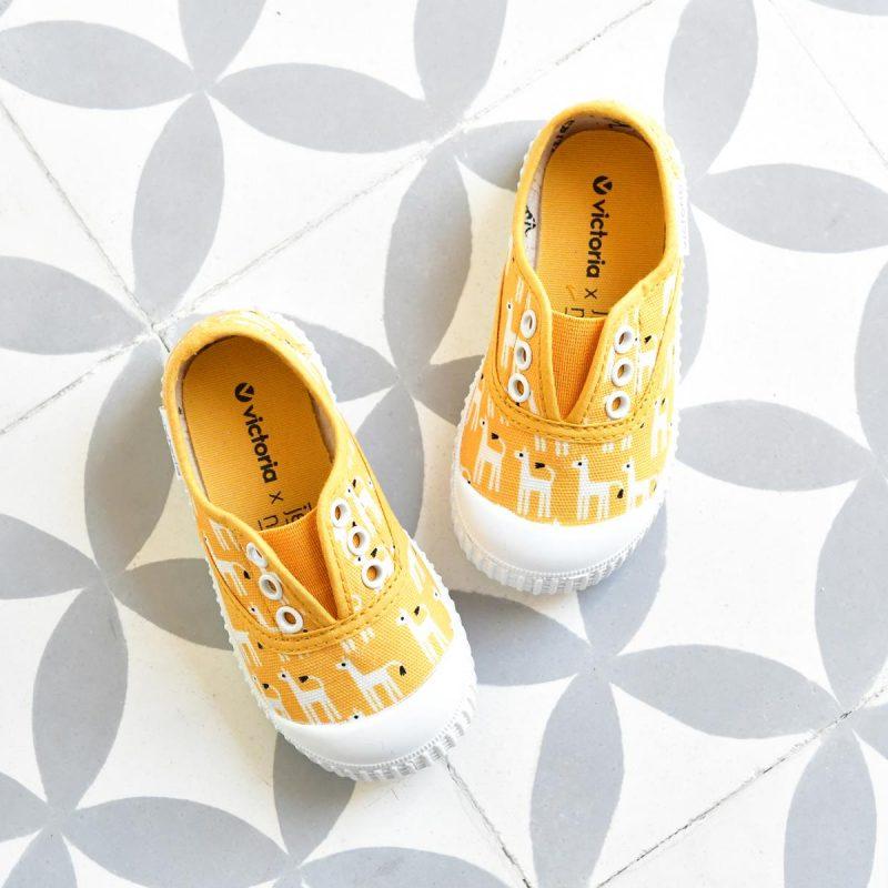 366913_AmorShoes-Victoria-by-JESSICA-NIELSEN-inglesa-zapatilla-color-amarillo-llamas-niños-lona-sin-cordones-elastico-puntera-goma-366913