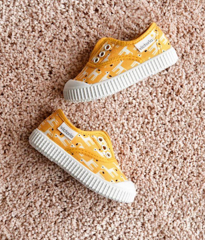 366913_AmorShoes-Victoria-by-JESSICA-NIELSEN-inglesa-zapatilla-color-amarillo-llamas-niños-lona-sin-cordones-elastico-puntera-goma-366913v