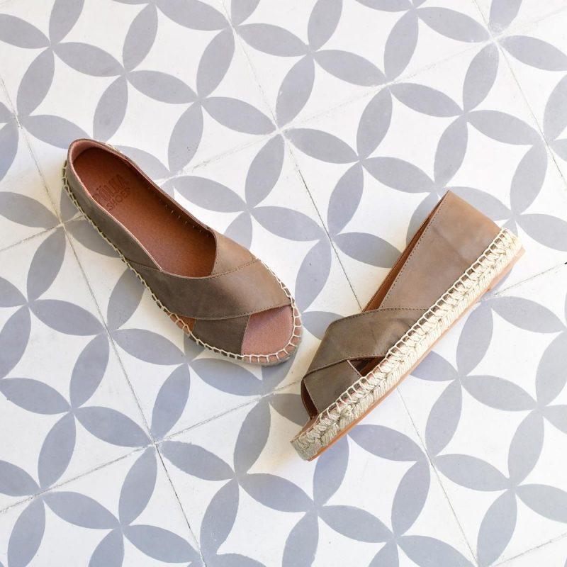 480p_AmorShoes-Polka-Shoes-480p_AmorShoes-Polka-Shoes-Spes-Alicia-sandalia-alpargata-esparto-yute-piel-kaki-color-rojo-khaki-480p