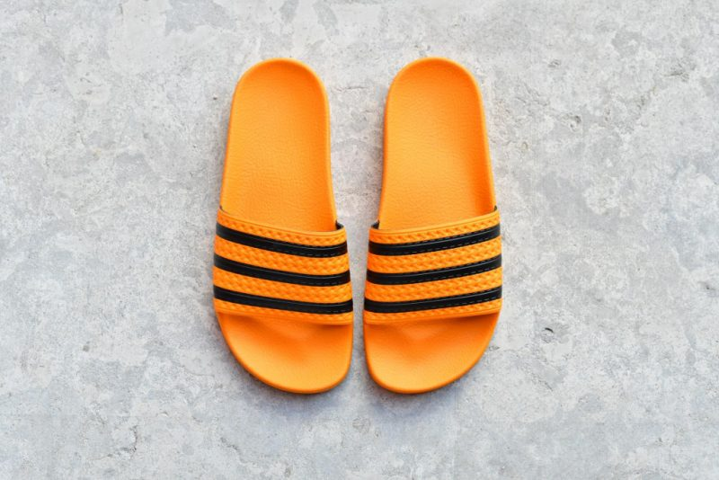 CQ3099_amorshoes-adidas-originals-chancla-adilette-Real-Gold-Core-Black-Real-Gold-NARANJA-orange-rayas-negras-CQ3099