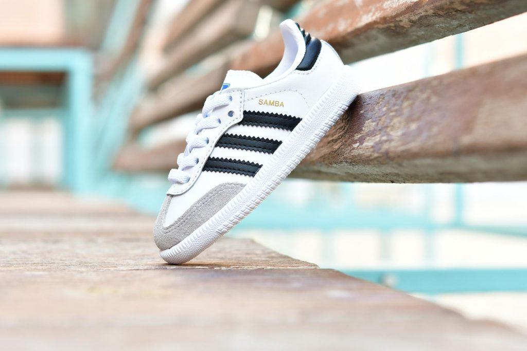 BB6969_AmorShoes-Adidas-Originals-Samba-OG-EL-I-Footwear-White-Core-Black-Crystal-White-zapatilla-niño-blanca-rayas-negras-suela-blanca-cordon-elastico-BB6969