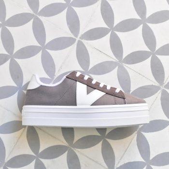 92122-Victoria-shoes-Deportiva-Barcelona-Plataforma-antelina-gris-logo-blanco-92122