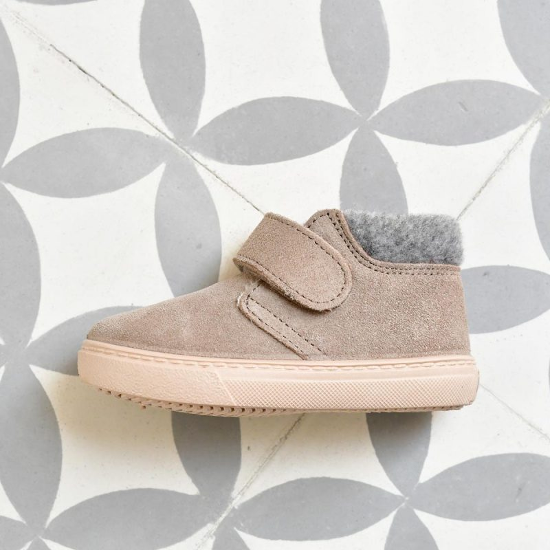 W10201-017_AmorShoes-Igor-shoes-botita-niños-piel-vuelta-borreguito-fieltro-gris-claro-piedra-w10201-017