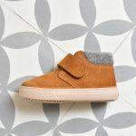 W10201-080_AmorShoes-Igor-shoes-botita-niños-piel-vuelta-borreguito-fieltro-amarillo-mostaza-w10201-080