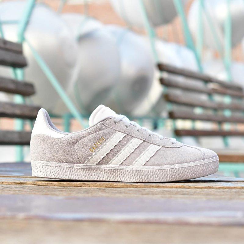 CG6698_AmorShoes-adidas-Originals-Gazelle-J-Aero-Blue-Footwear-White-zapatilla-gazelle-Junior-piel-vuelta-gris-claro-clarito-rayas-blancas-CG6698