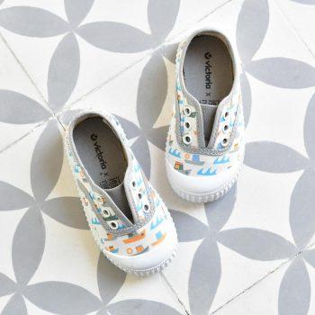 366121_AmorShoes-Victoria-by-JESSICA-NIELSEN-inglesa-zapatilla-color-GRIS-barquitos-niños-niñas-lona-sin-cordones-elastico-puntera-goma-366121