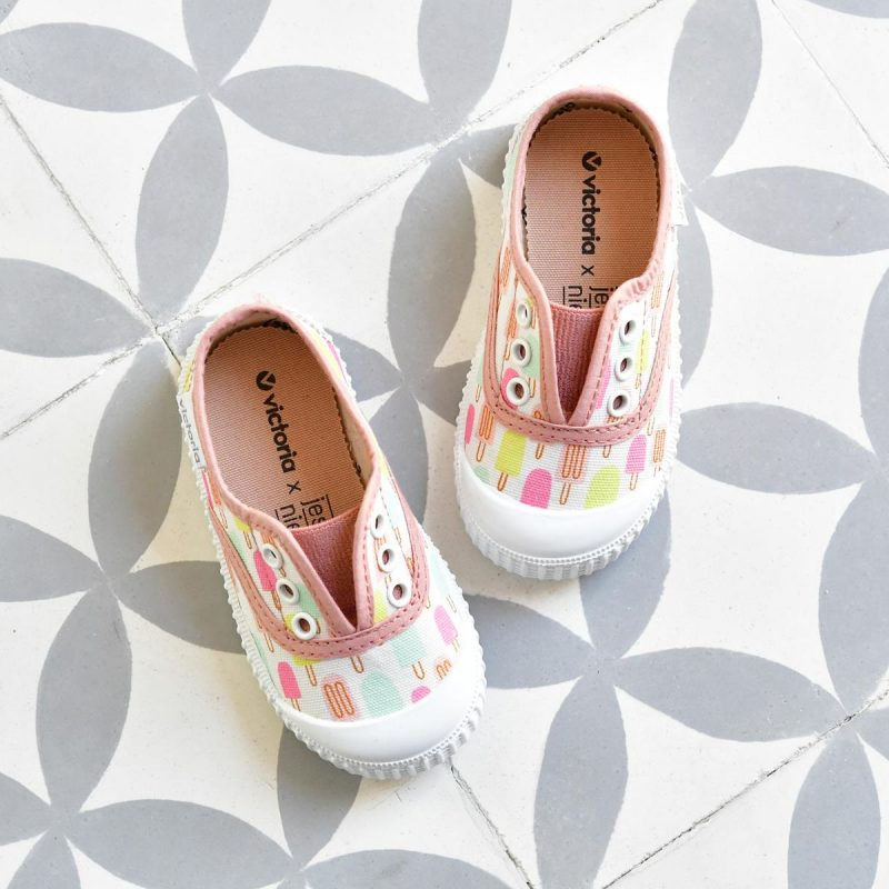 Zapatilla Inglesa Victoria 366121 Barquitos 366121_AmorShoes-Victoria-by-JESSICA-NIELSEN-inglesa-zapatilla-color-rosa-nude-heladitos-helados-niños-niñas-lona-sin-cordones-elastico-puntera-goma-366121