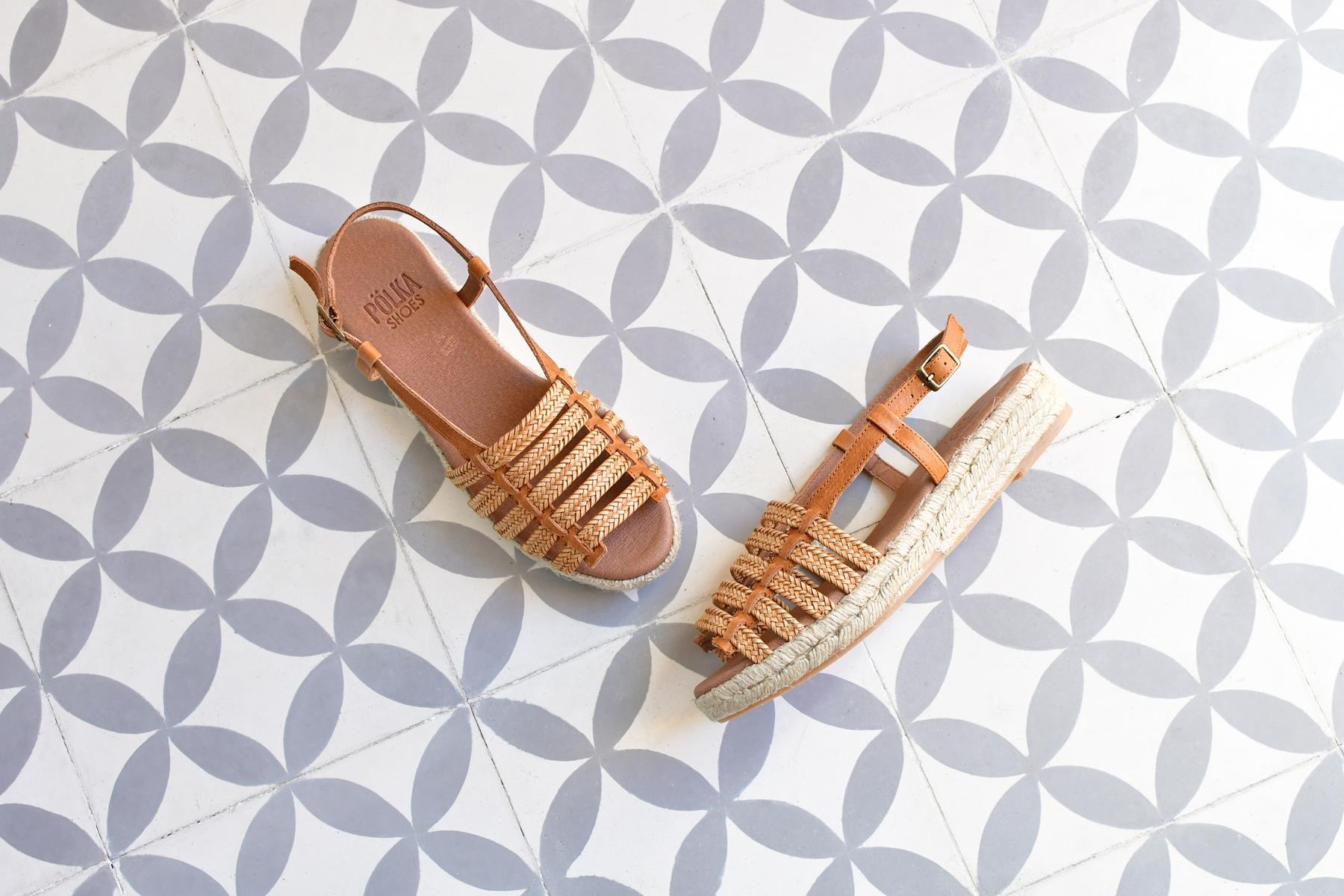 Sandalia Romana Yute Pölka Shoes Juno Cuero 860P_AmorShoes-Polka-Sandalia-Romana-rafia-trenzado-color-cuero-piel-suela-esparto-yute-cierre-hebilla-860p