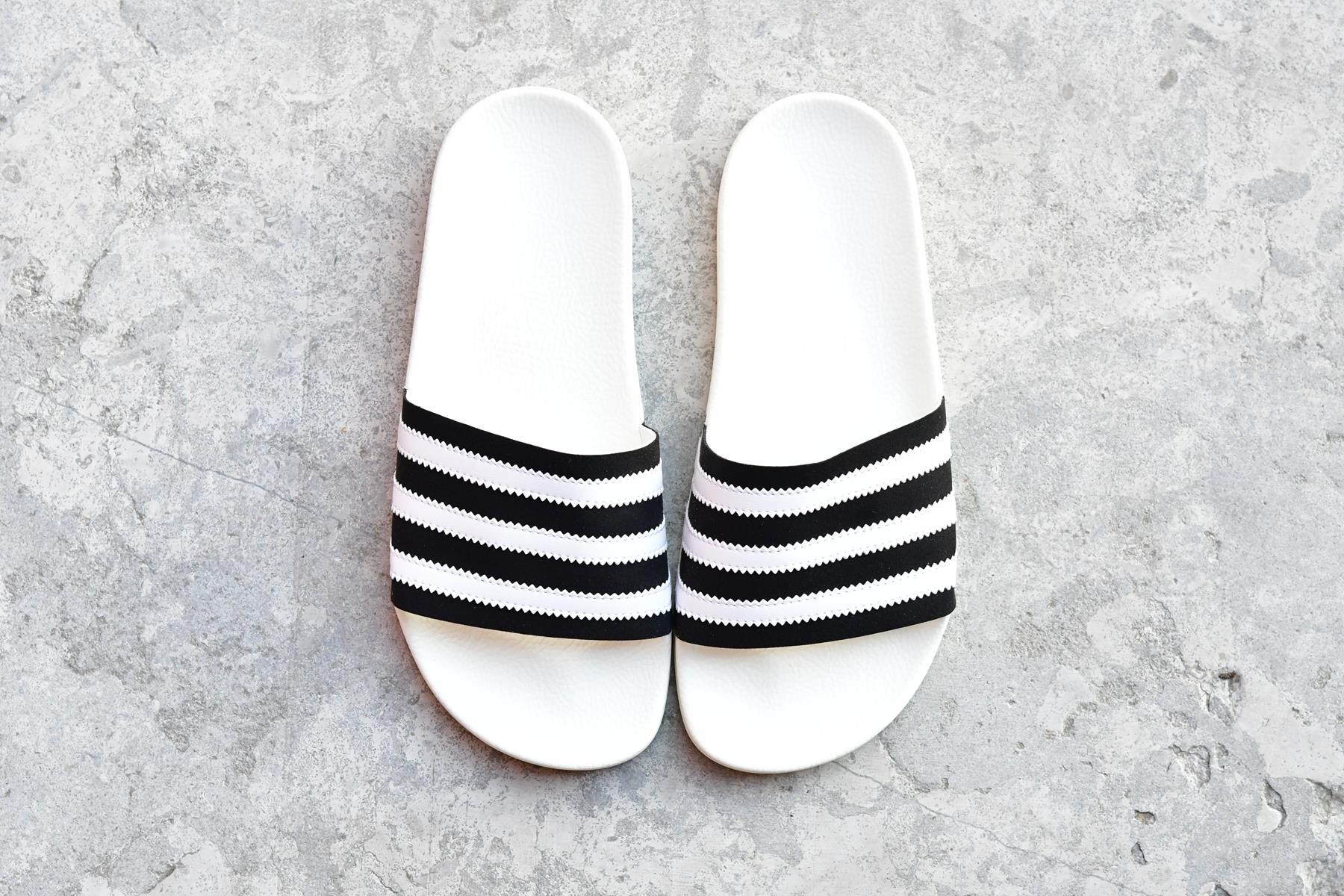 BD7592_AmorShoes-adidas-Originals-Adilette-Core-Black-Footwear-White-Off-White-chancla-pala-negra-microante-negro-rayas-blancas-suela-goma-blanca-BD7592