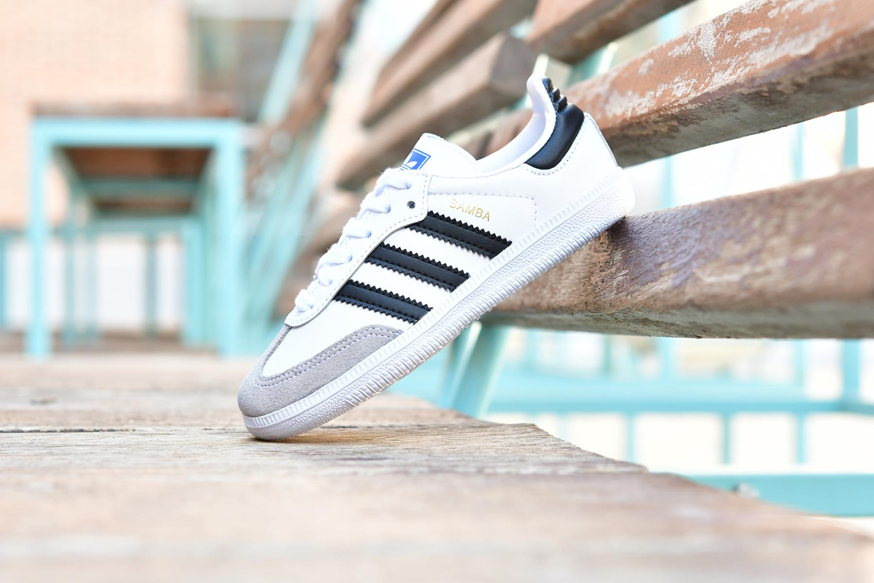 ADIDAS ORIGINALS Niños & Niñas BB6975_AmorShoes-Adidas-Originals-Samba-OG-Cloud-White-Core-Black-Crystal-White-Zapatilla-niño-niña-blanca-piel-cordones-rayas-negras-puntera-piel-vuelta-BB6975
